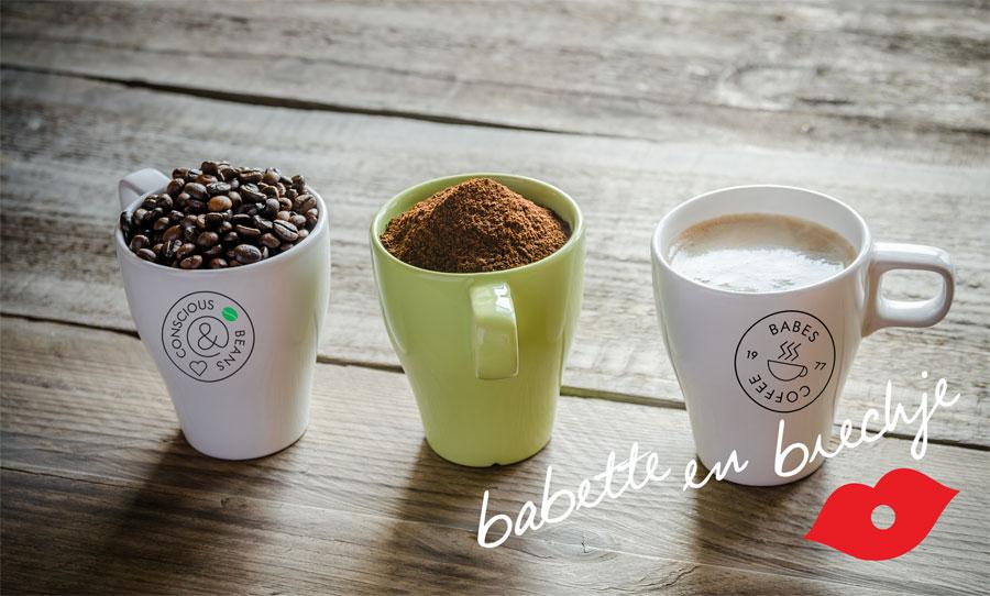 Mokken met arabica koffiebonen, koffiemaling en cappuccino.
